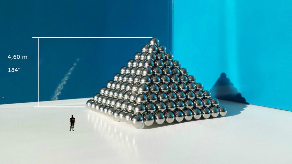 Pyramid of 385 balls